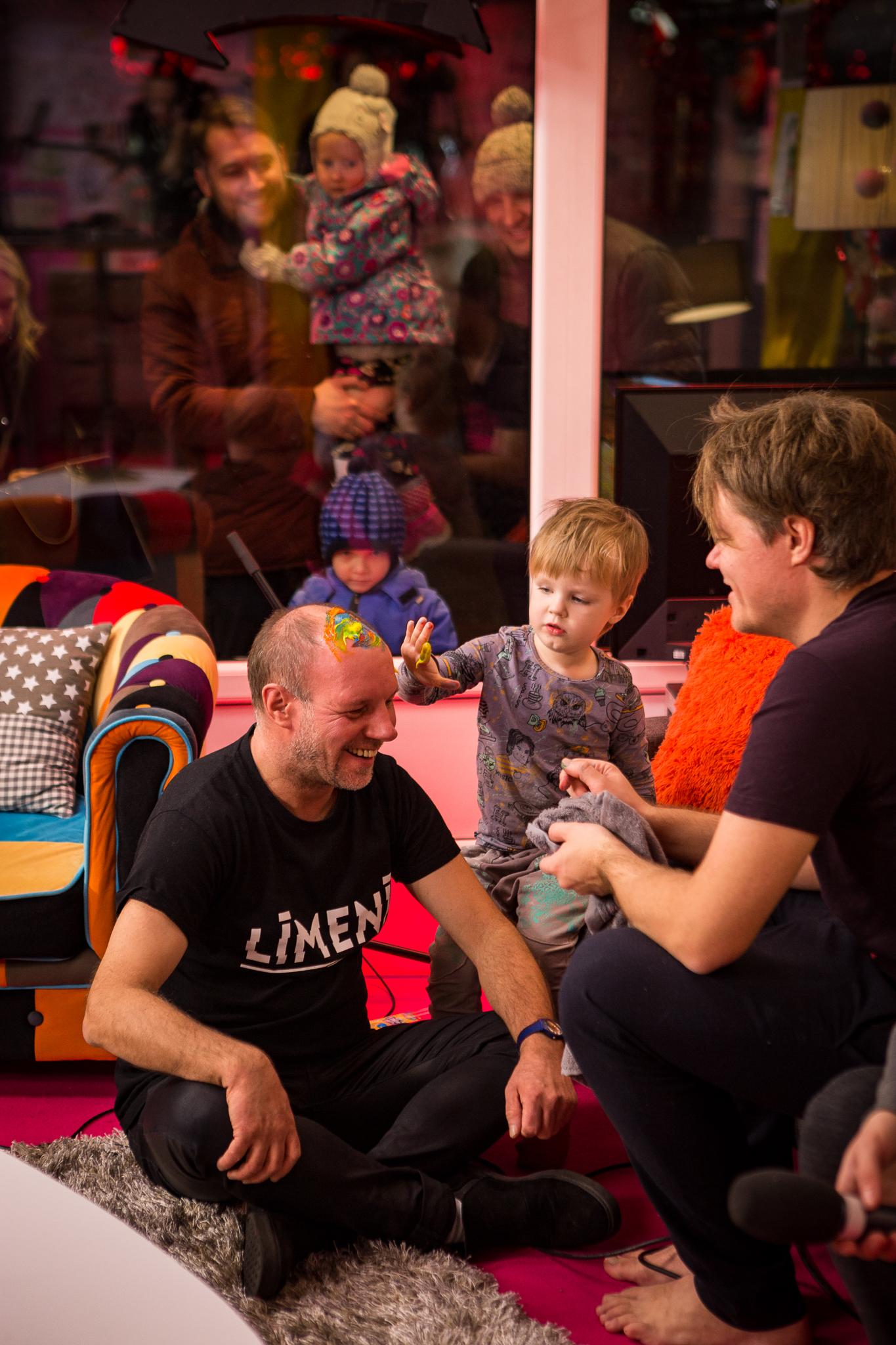"""""""Dzīvības koks"""" nometnēs sievietes, kas zaudējušas matus pēc ķīmijterapijas, tiek aicinātas uzdrīkstēties palūkoties uz to mazliet rotaļīgi, un ļaut bērniem vai mazbērniem apzīmēt kailo galvu ar pirkstiņkrāsām. Evertam šodien paveicās - varēja apzīmēt galvu pašam Artim Volfam!"""