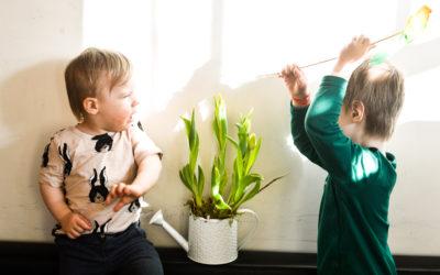 10 iemesli, kāpēc ir forši būt otrajam bērnam